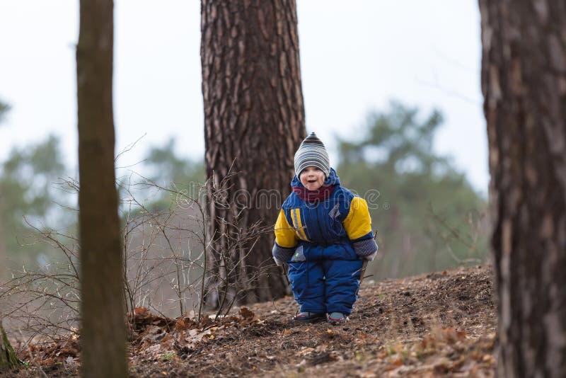 使用在森林里的小白种人男孩在早期的春天 图库摄影