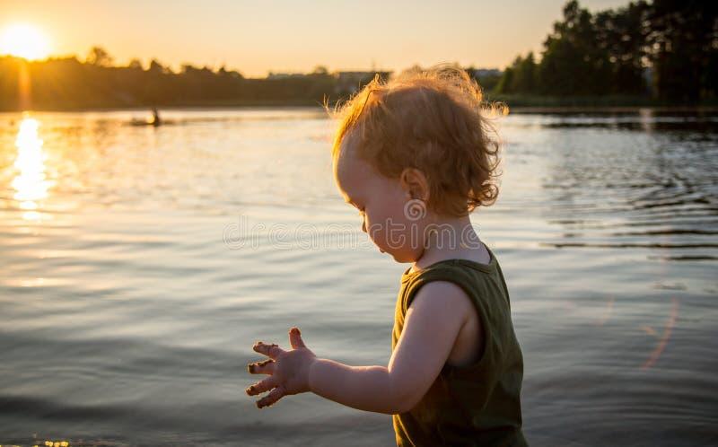 使用在水附近的孩子 库存照片