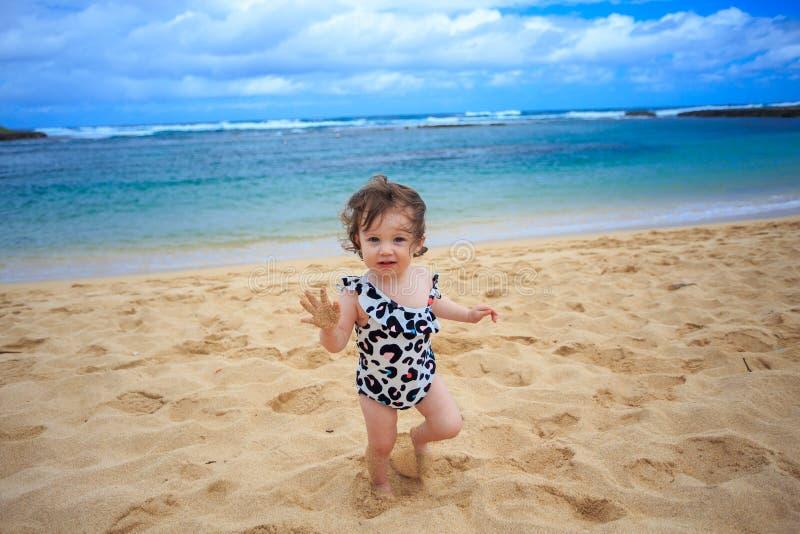 使用在沙子的一个岁女孩 免版税图库摄影