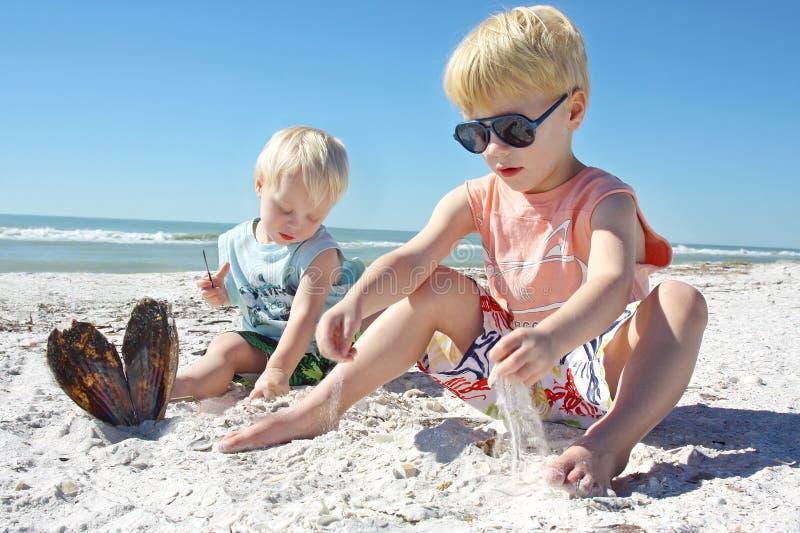 使用在沙子的幼儿在海滩 库存照片