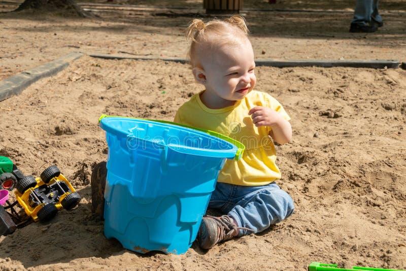 使用在沙子箱子的可爱的白肤金发的白种人婴孩 免版税库存照片