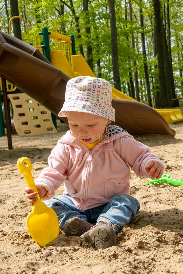 使用在沙子箱子的可爱的白肤金发的白种人婴孩 免版税库存图片