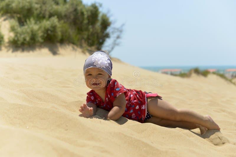 使用在沙滩的围巾的一女孩 免版税库存照片