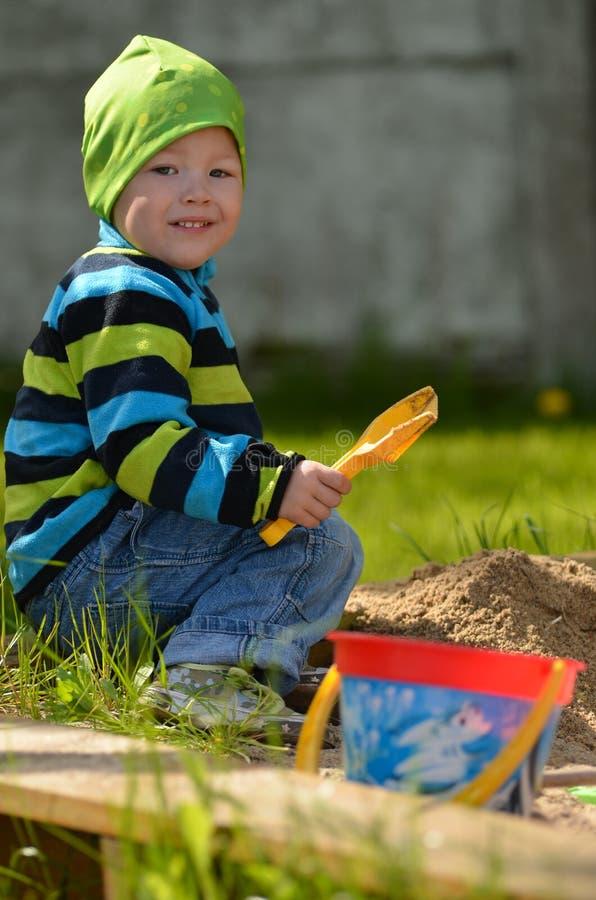 使用在沙盒的年轻男孩 免版税库存照片