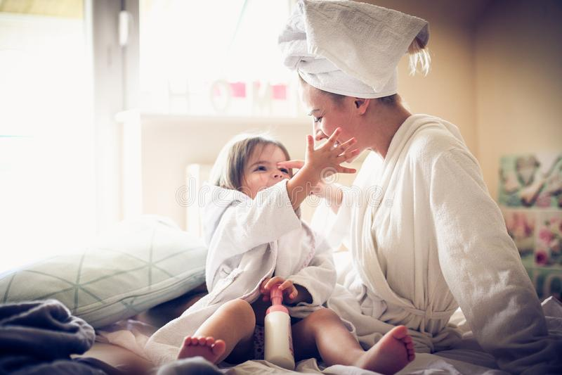 使用在浴以后 母亲和女儿 库存照片