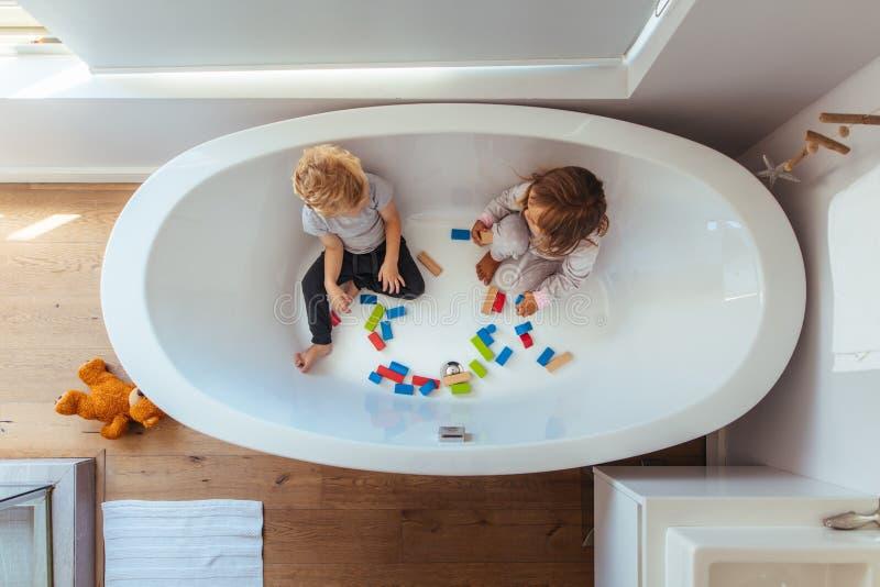 使用在浴缸里面的兄弟姐妹 免版税图库摄影