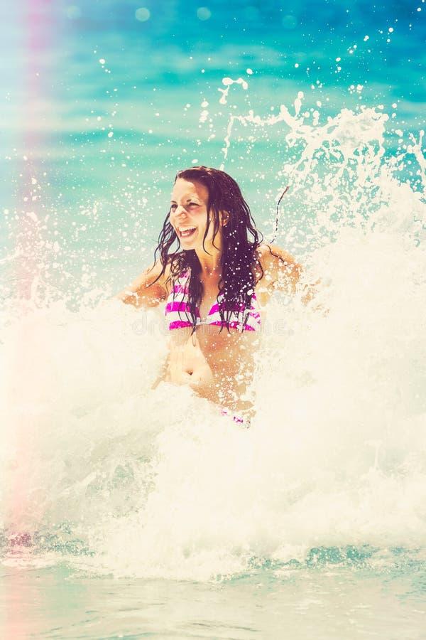 使用在海浪的妇女 免版税库存图片