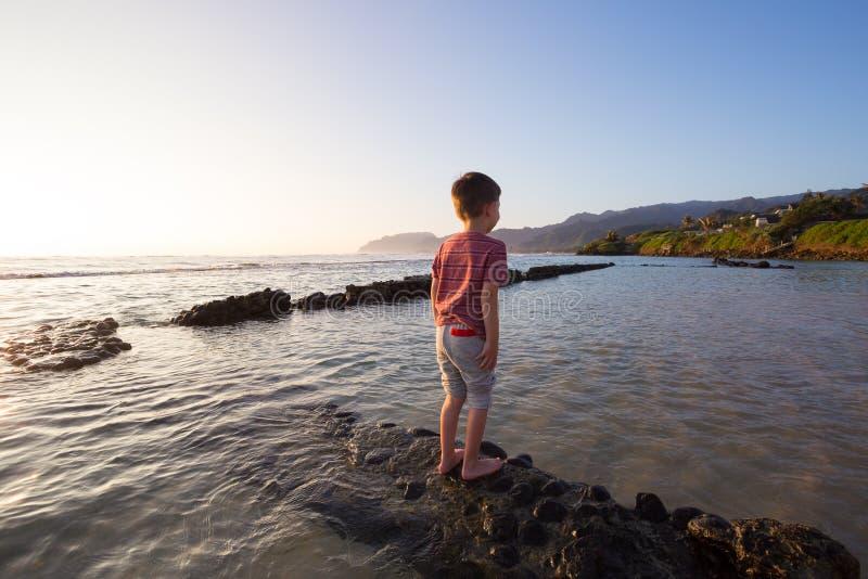 使用在海滩的孩子在奥阿胡岛夏威夷 免版税库存照片