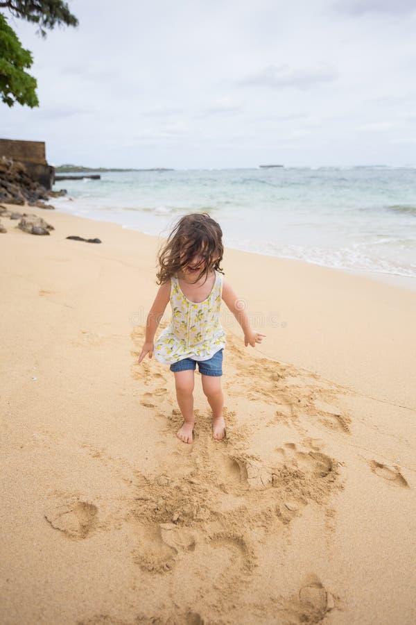 使用在海滩的孩子在奥阿胡岛夏威夷 库存照片