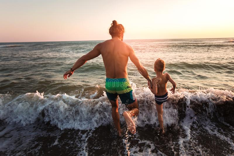 使用在海滩的父亲和儿子 库存照片