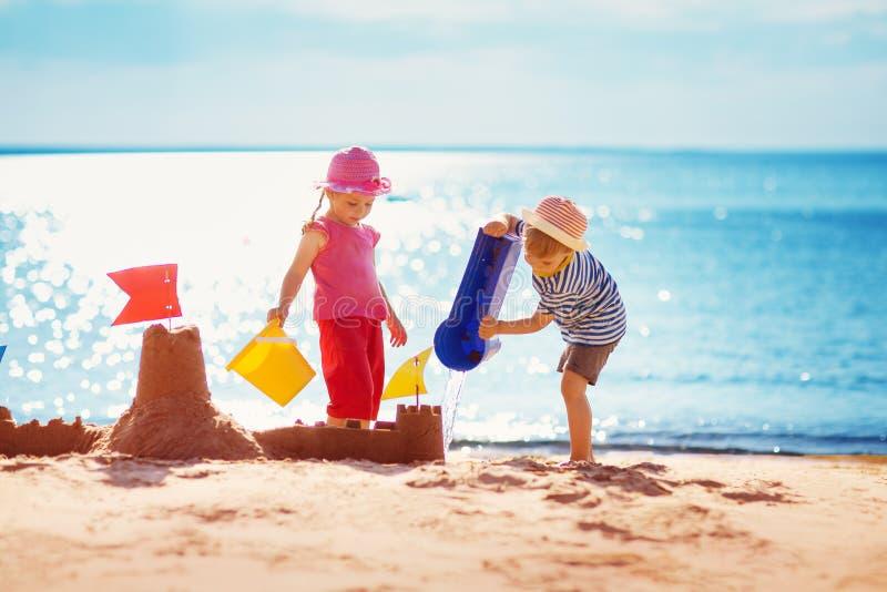 使用在海滩的男孩和女孩 免版税库存照片