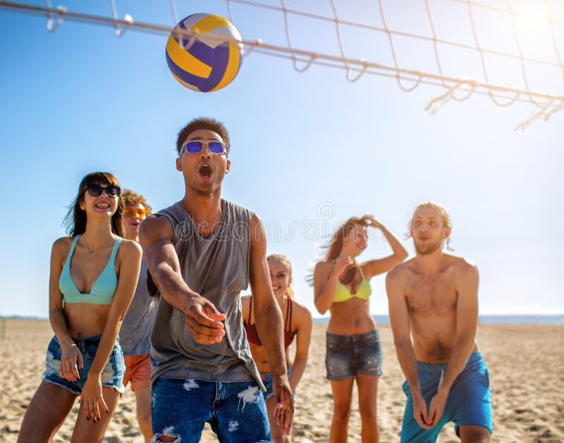 使用在海滩齐射的小组朋友在海滩 库存照片