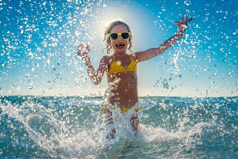 使用在海的愉快的孩子 库存图片