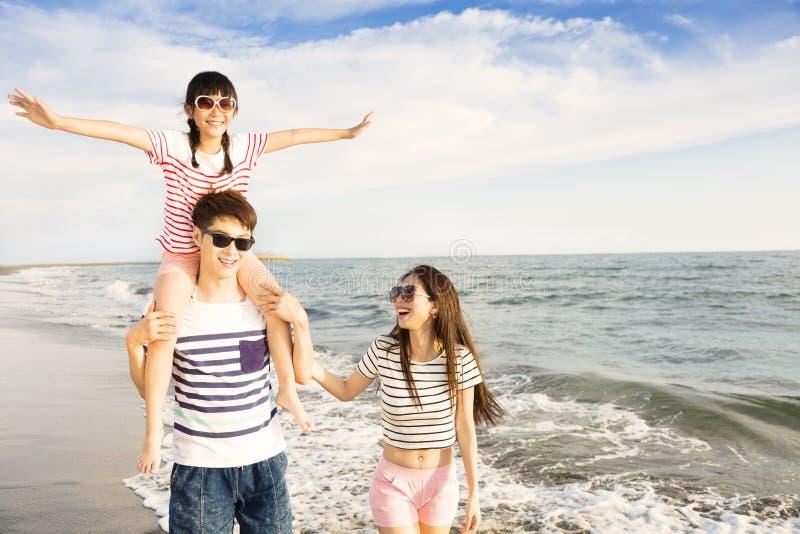 使用在海滩的家庭在日落 免版税图库摄影