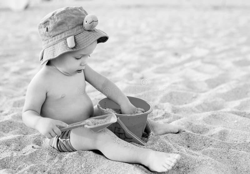 使用在海滩的小孩男孩 免版税库存图片