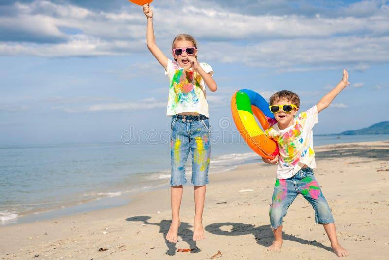 使用在海滩的愉快的孩子在天时间 免版税图库摄影