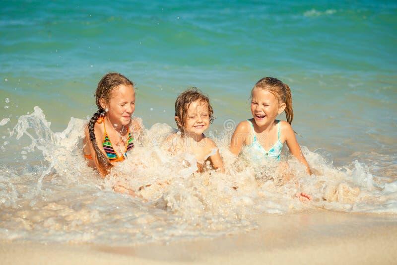 使用在海滩的愉快的孩子 图库摄影