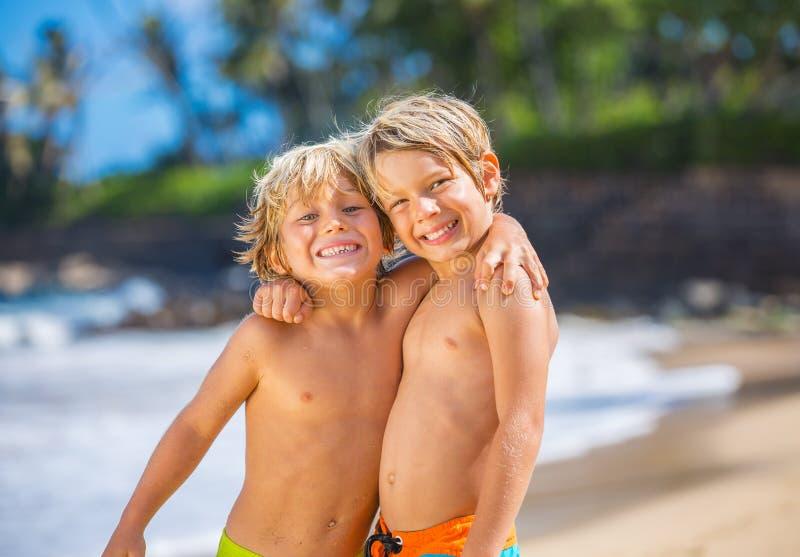 使用在海滩的愉快的小孩暑假 库存图片