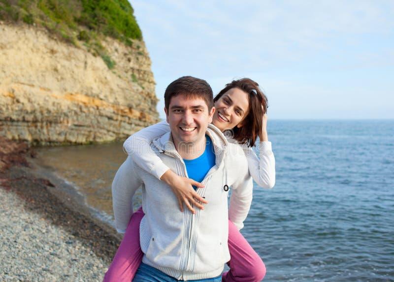 使用在海滩的愉快的年轻夫妇 免版税库存照片