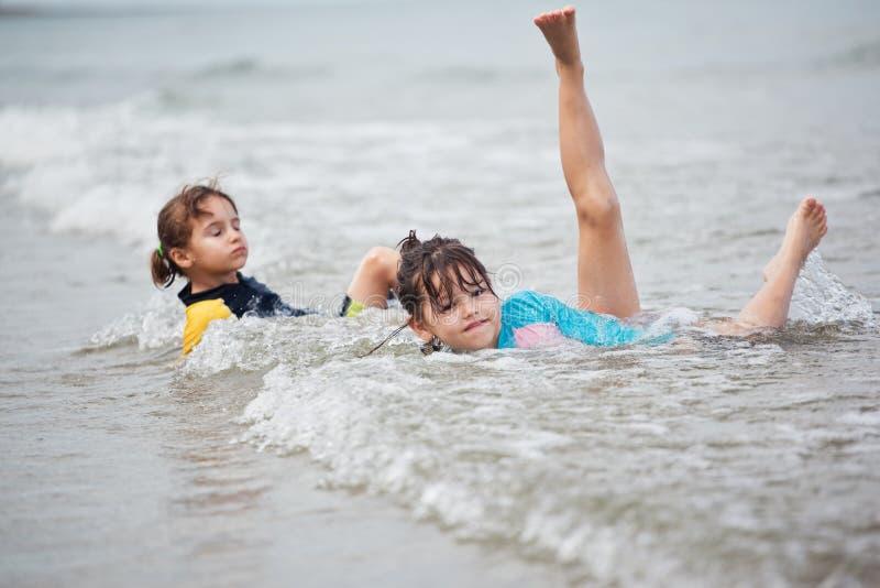 使用在海滩,家庭海滩假期的小女孩 免版税库存图片
