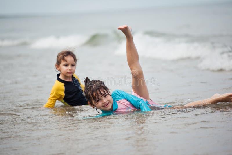 使用在海滩,家庭海滩假期的小女孩 免版税库存照片