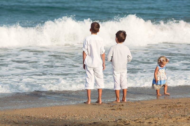 使用在海滩,西班牙的愉快的兄弟 免版税图库摄影