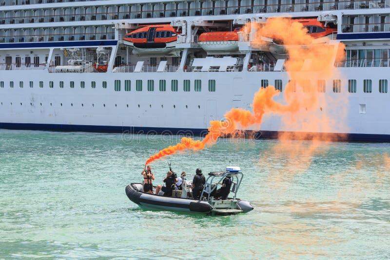使用在港口的一片紧急烟火光 免版税图库摄影