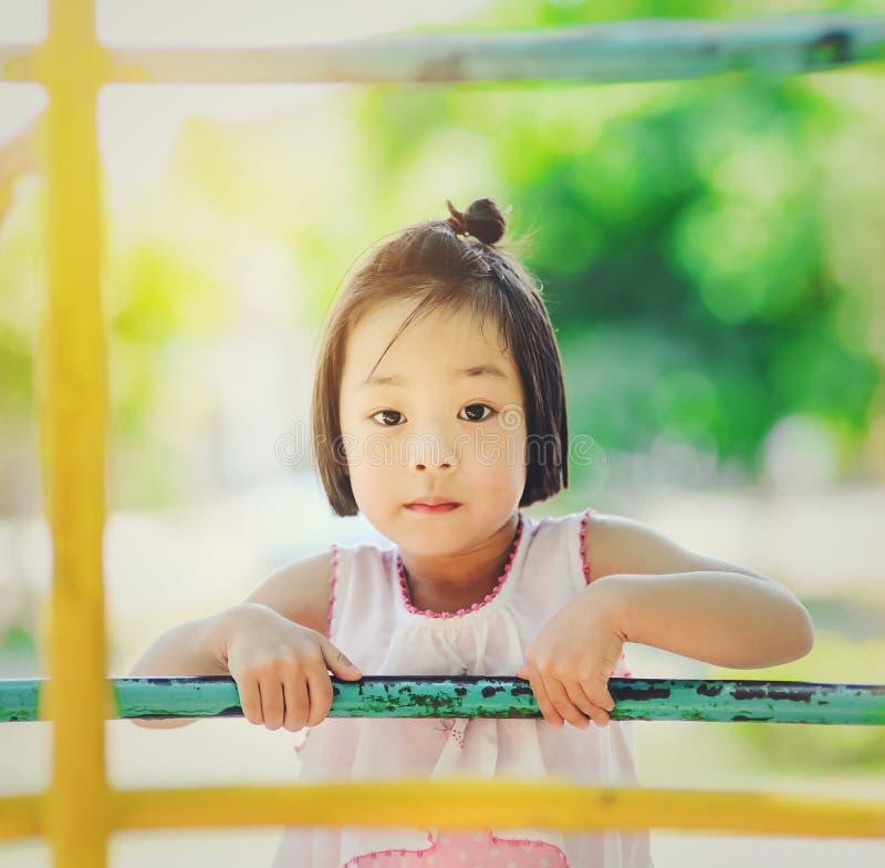使用在游乐园的亚裔小孩 图库摄影