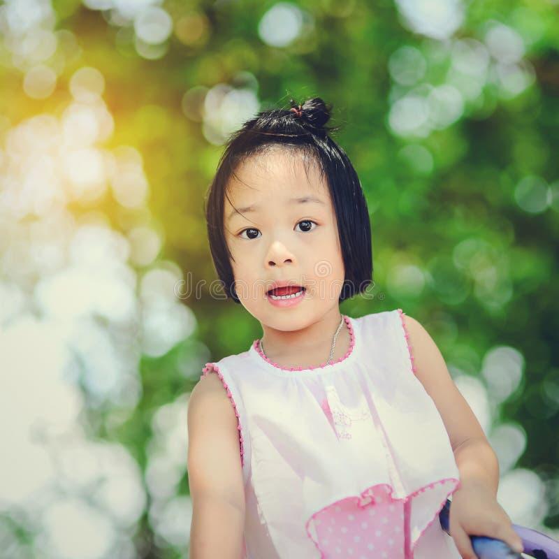 使用在游乐园的亚裔小孩 免版税库存照片