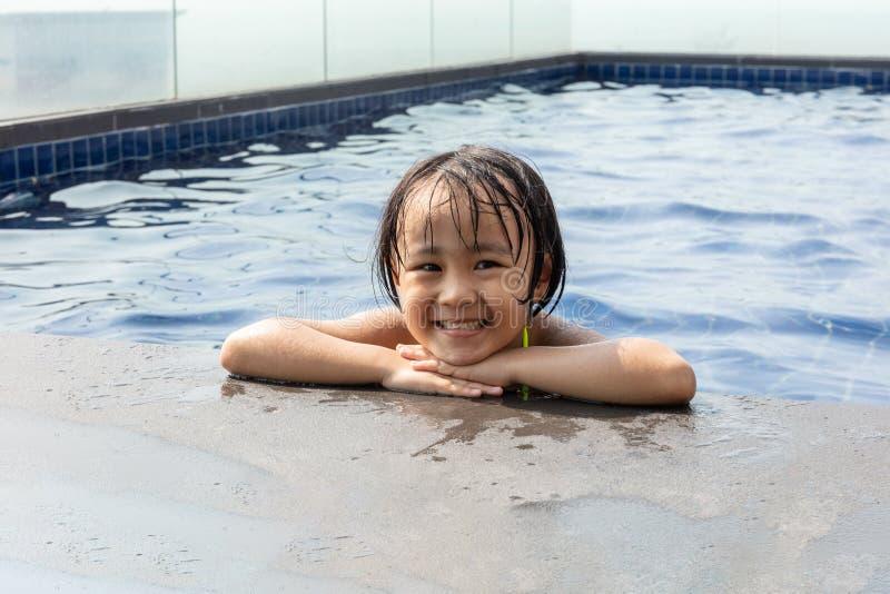 使用在游泳池的亚裔矮小的中国女孩 免版税图库摄影