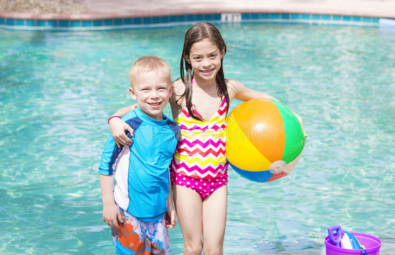 使用在游泳池的孩子 免版税库存照片