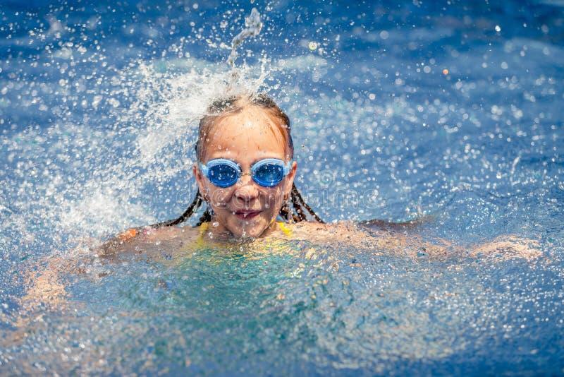 使用在游泳池的青少年的愉快的女孩 库存图片