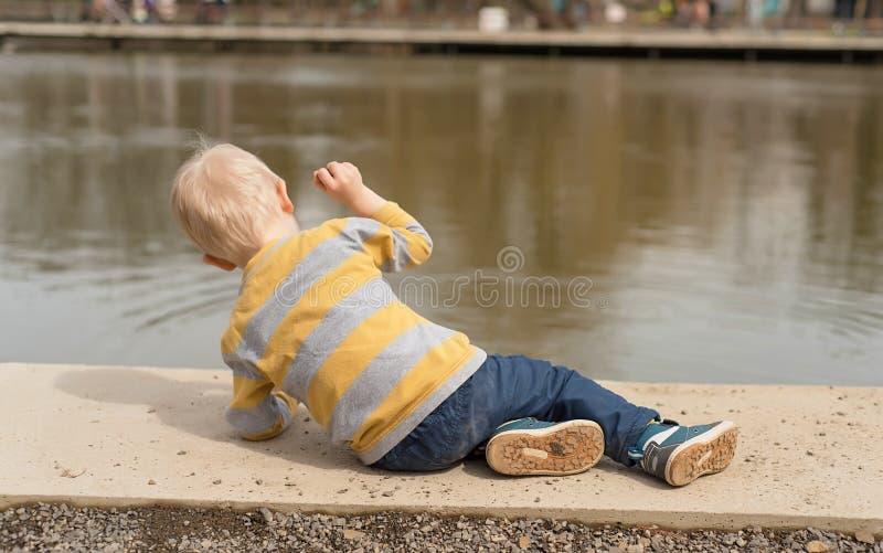 使用在湖附近的小男孩 图库摄影
