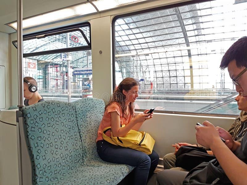 使用在火车的少妇移动设备 库存照片