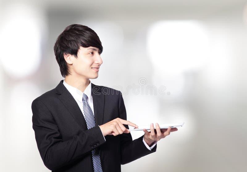 使用触摸板的亚洲生意人 库存照片