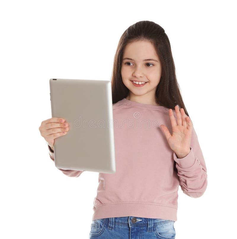 使用在片剂的女孩视频聊天反对白色 库存图片