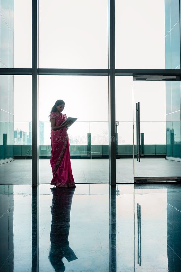 使用在现代公司buildi走廊的印地安妇女片剂  库存照片