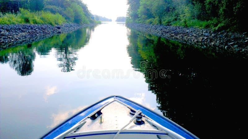 使用在瑞典河的一条小船 库存图片