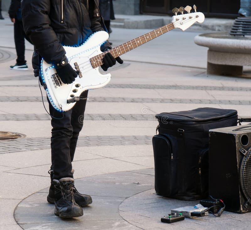 使用在电吉他的街道音乐家 库存图片