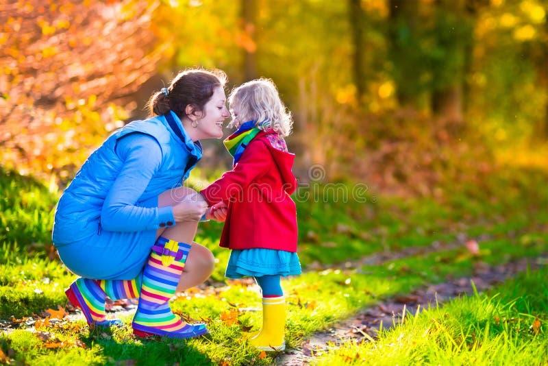 使用在秋天的母亲和孩子停放 免版税库存图片