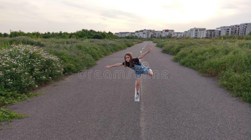 使用在空的街道上的女孩 免版税图库摄影