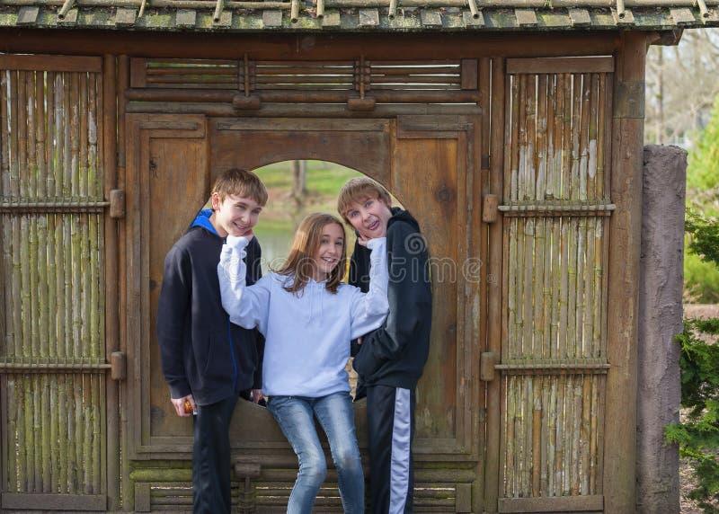 使用在竹框架的兄弟姐妹在一个公园 库存照片