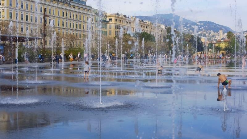 使用在细流精密镜子喷泉,热的夏日中的孩子在法国 库存照片