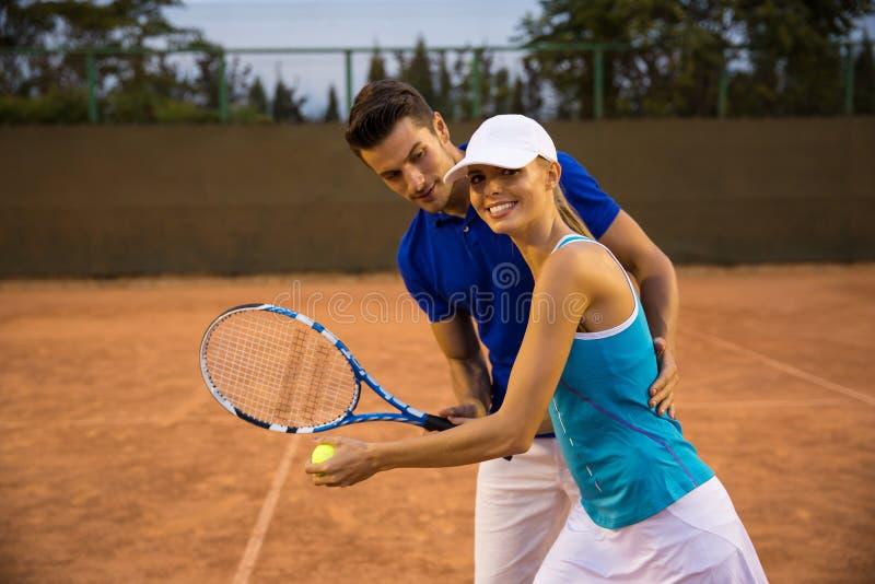 使用在网球的夫妇 免版税库存照片