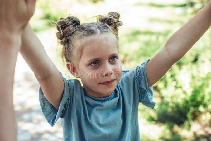 使用在自然的快乐的孩子 免版税图库摄影