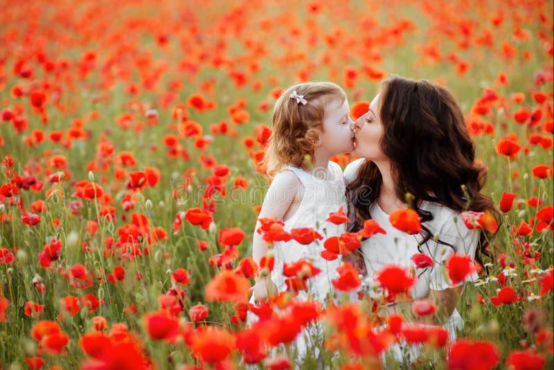 使用在花田的母亲和女儿 免版税图库摄影