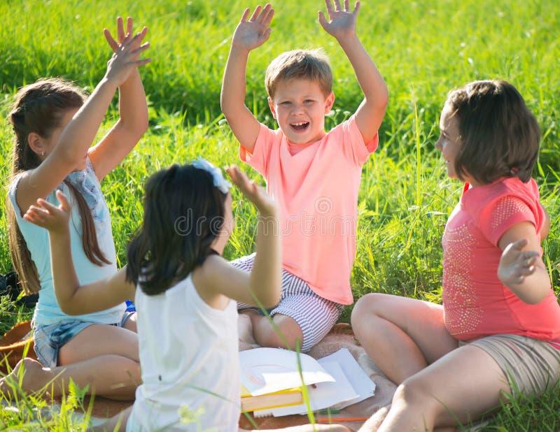 使用在草的小组孩子 免版税库存照片