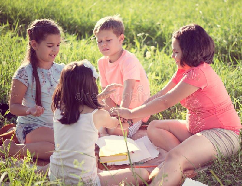 使用在草的小组孩子 免版税库存图片