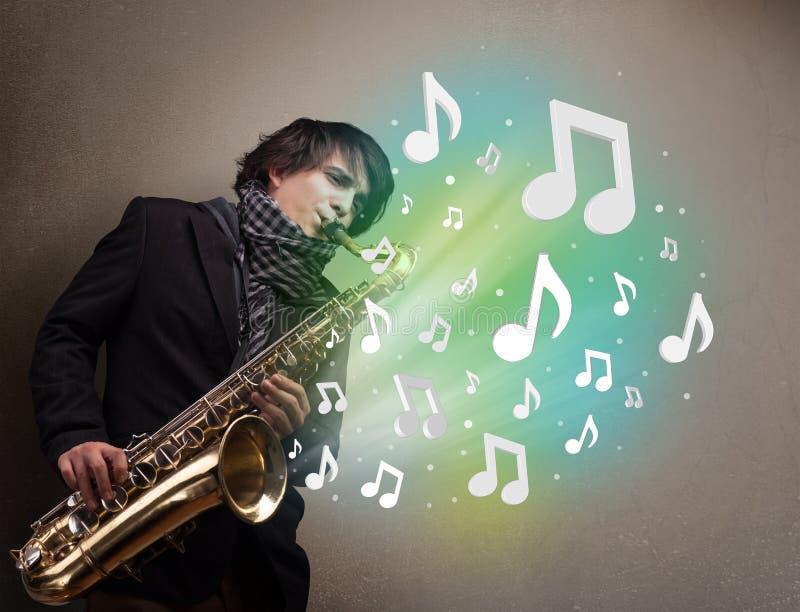 Download 使用在萨克斯管的年轻音乐家,当音符explodin时 库存照片. 图片 包括有 典雅, 球员, 男朋友, 金子 - 62526848