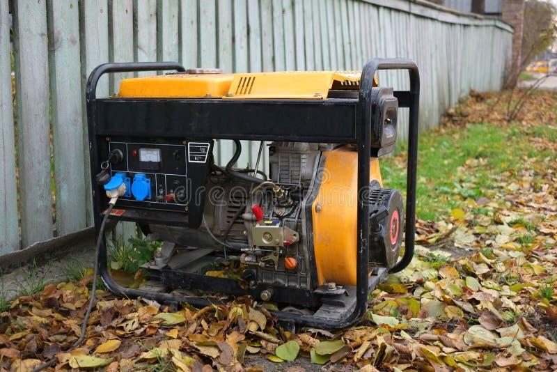 使用在街道上的一台发电器 电源问题和他们的解答 图库摄影